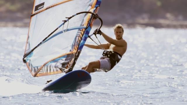 stockvideo's en b-roll-footage met windsurfer rijden op de golven - windsurfen