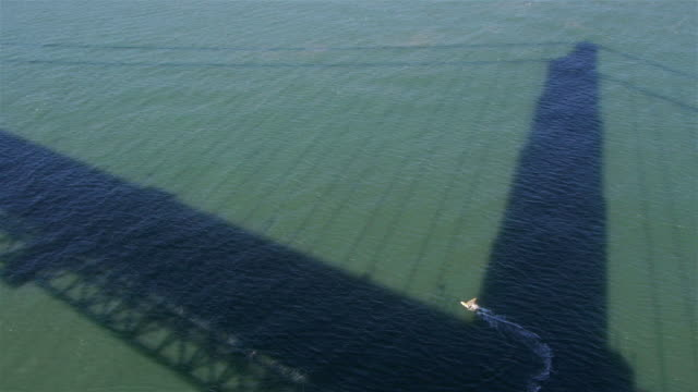 mws - windsurfer surfing in the shadow of the golden gate brigde - spoonfilm stock-videos und b-roll-filmmaterial