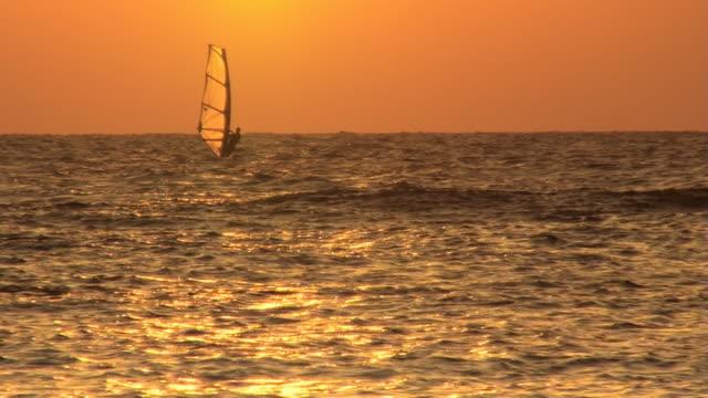 windsurf al tramonto - windsurf video stock e b–roll