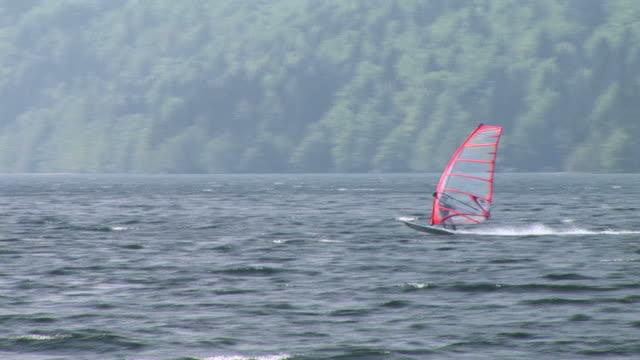 hd: windsurfen - windsurfen stock-videos und b-roll-filmmaterial
