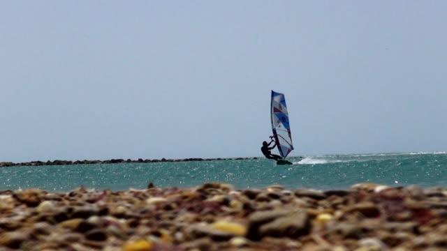stockvideo's en b-roll-footage met windsurfing - windsurfen