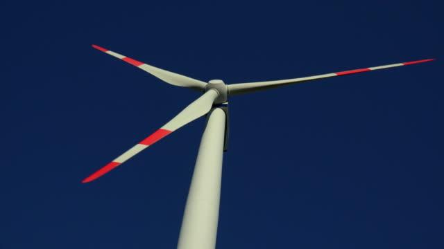 vídeos de stock e filmes b-roll de windturbines - vista de baixo para cima