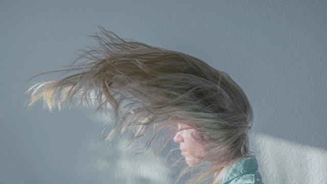 stockvideo's en b-roll-footage met winderige stemming - natuurlijk haar
