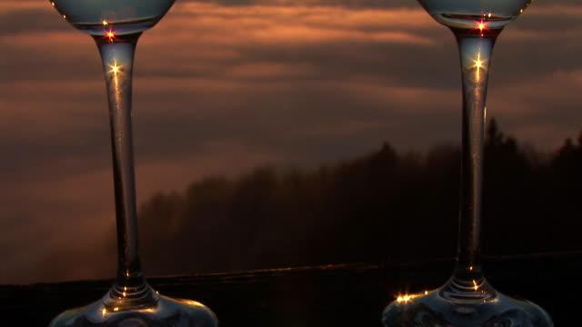 vídeos de stock e filmes b-roll de hd: vinho em sunrise - raio de luz