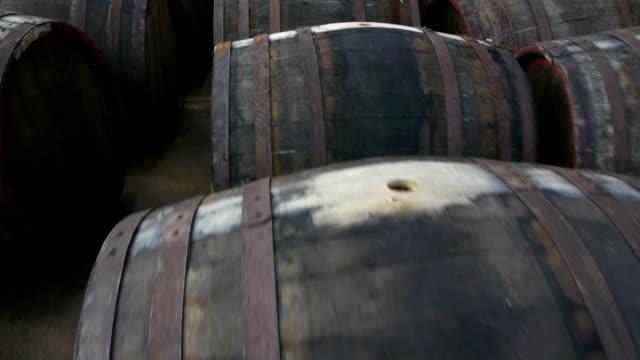 vídeos de stock, filmes e b-roll de barris de vinho - barril