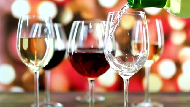 Wein, gegossen in Zeitlupe