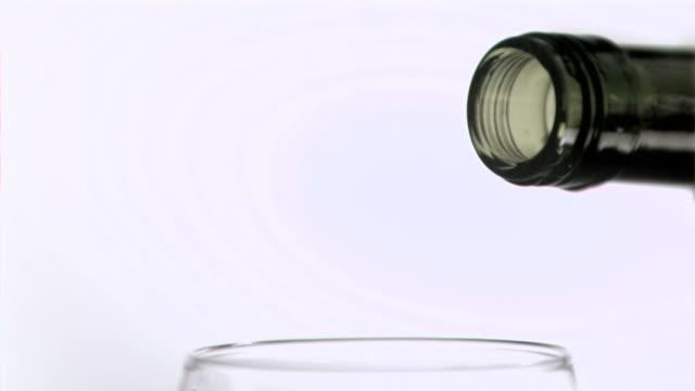 vídeos y material grabado en eventos de stock de wine being poured in super slow motion - botella de vino