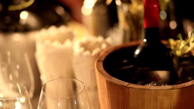wijn fles in houten emmer