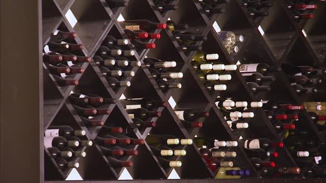 vídeos de stock e filmes b-roll de a wine cellar inside in a bar - arranjo