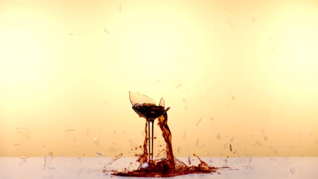 vídeos de stock e filmes b-roll de wine glass breaks - vidro