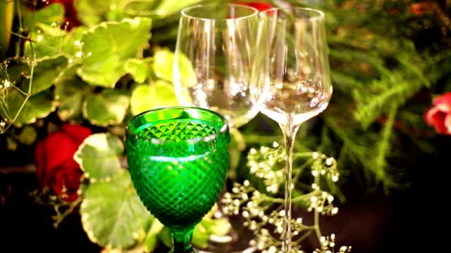 イベント パーティーのテーブルの装飾、テーブルの上のワイングラス。 - 数個の物点の映像素材/bロール
