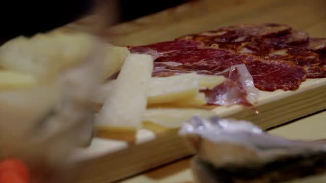 vídeos y material grabado en eventos de stock de ostras vino - queso
