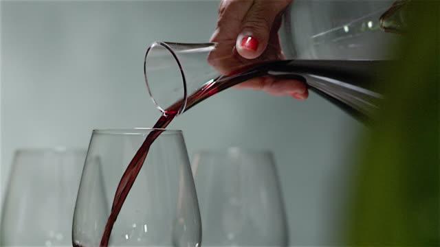 vídeos y material grabado en eventos de stock de verter vino en una botella de boca ancha - uva cabernet sauvignon