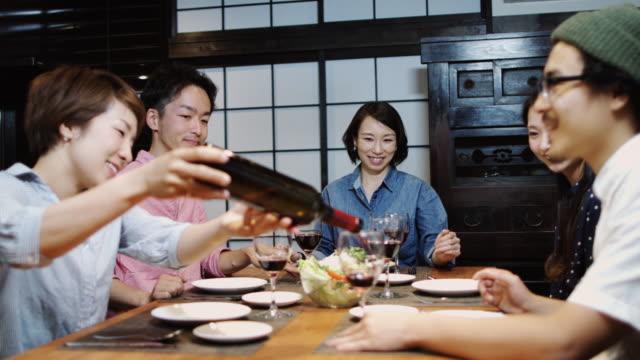 日本のディナー パーティーで注ぐワイン - 親睦会点の映像素材/bロール
