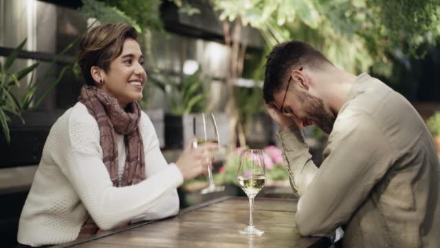 wein, das offizielle sharing-drink - real wife sharing stock-videos und b-roll-filmmaterial