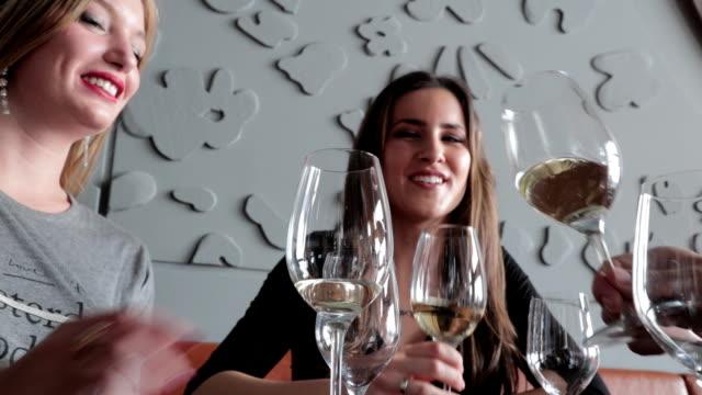 vídeos de stock e filmes b-roll de torrar vinho - brinde