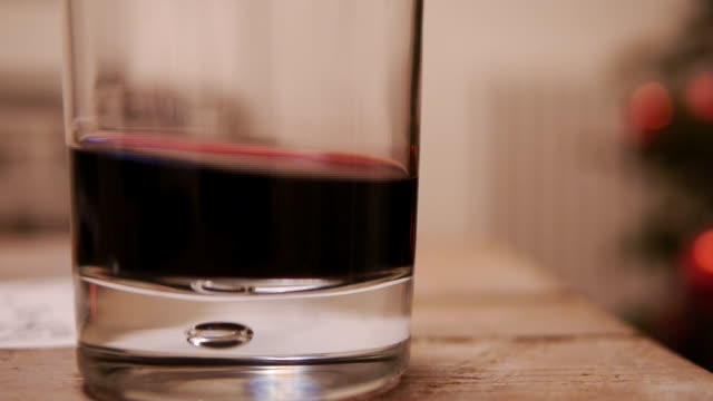 vidéos et rushes de wine twirling clear glass - vignetage