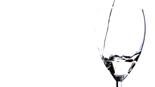 ワイングラス、水充填されるまで