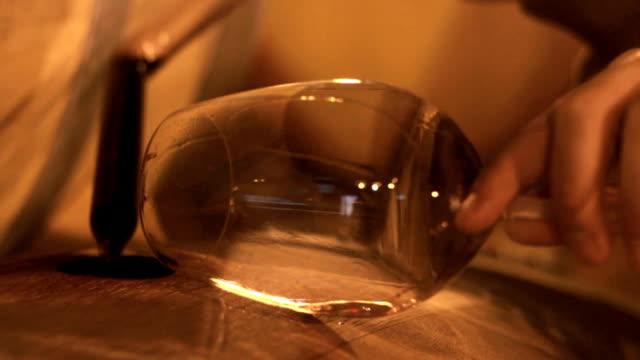 vídeos de stock, filmes e b-roll de winemaker degustação de vinho tinto - barril