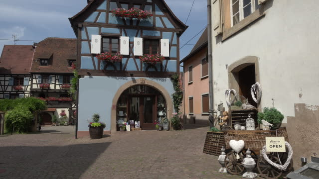 winery in half-timbered house in a picturesque village - kopfsteinpflaster stock-videos und b-roll-filmmaterial