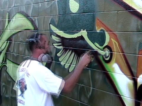 stockvideo's en b-roll-footage met wing man - graffiti