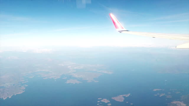 stockvideo's en b-roll-footage met vleugel van een commercieel vliegtuig - land
