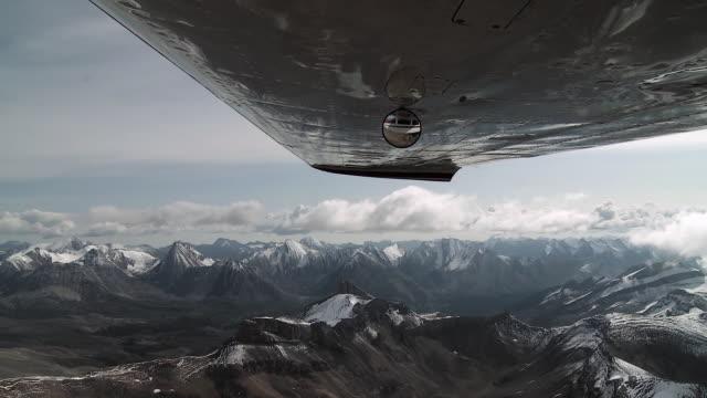 カナダのロッキー山脈、ジャスパー国立公園、アルバータ州、カナダ上空を飛ぶミラー付き飛行機のmsウィング - ジャスパー国立公園点の映像素材/bロール