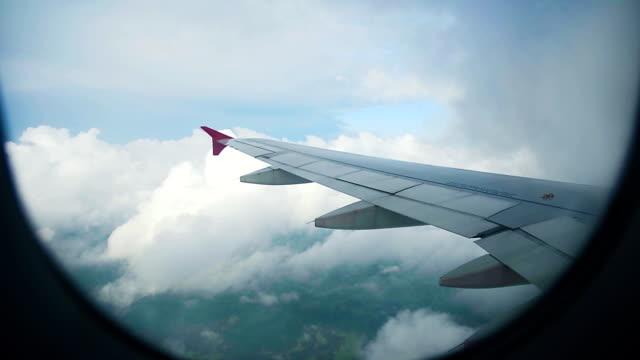 Flügel des Flugzeug auf einem Hintergrund des Himmels