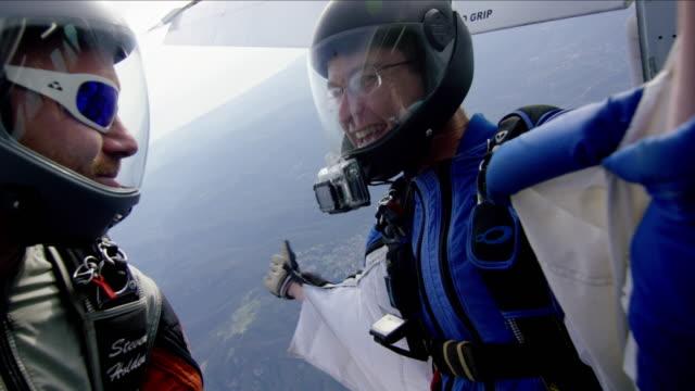 vídeos de stock, filmes e b-roll de wing suit pilots exit airplane - paraquedismo