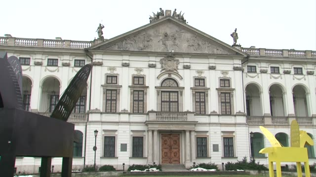 winged horses in front of krasinski palace in warsaw - frontgiebel stock-videos und b-roll-filmmaterial