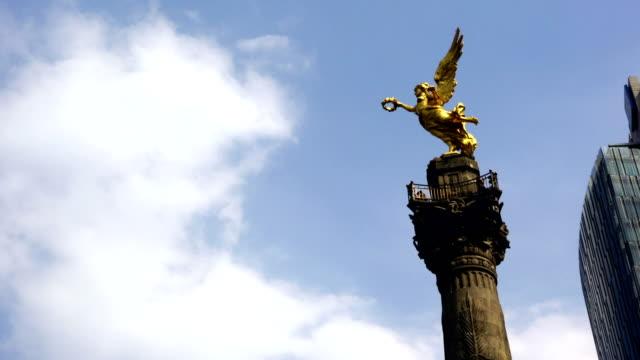 winged victory-angel de la independencia - figura femminile video stock e b–roll