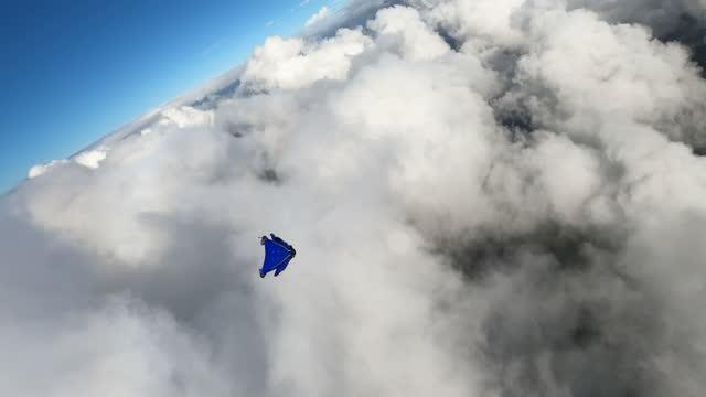 vídeos y material grabado en eventos de stock de wingsuit diving into cloud - riesgo