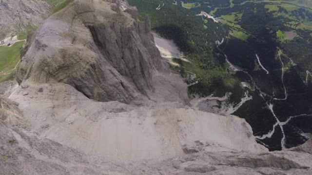 Wingsuit flyer springt van de klif rand, over bergen vliegen