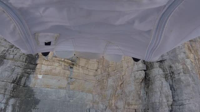 Wingsuit flyer springt van de klif rand