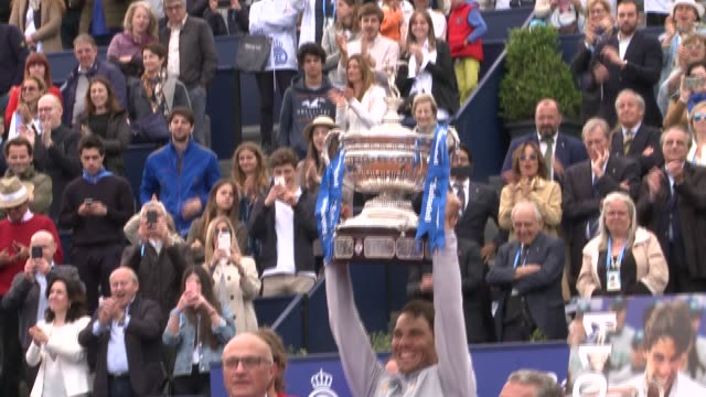 vidéos et rushes de winner rafael nadal of spain and stefanos tsitsipas of greece pose with their trophies after their final match during day seven of the barcelona open... - trophée
