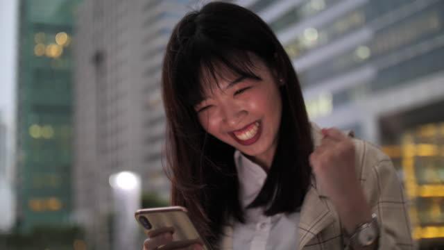 vídeos y material grabado en eventos de stock de celebración ganadora mujer feliz - artículos de lotería