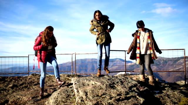 vidéos et rushes de sommets montagneux de gagner ensemble - sport d'hiver