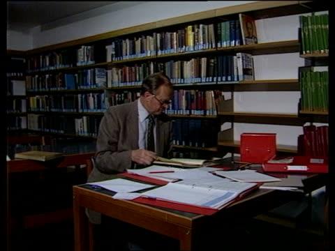 "winston churchill biography: martin gilbert:; england: cambridge: churchill college: cms churchill's letter to mother zoom in ""your loving winston""... - biografia video stock e b–roll"