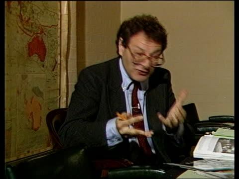 """winston churchill biography: martin gilbert:; england: london: war cabinet rooms: 2 shot cms gilbert intvw sof """"i'd always assumed -- 2 shot -- to... - biografia video stock e b–roll"""