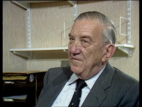 "winston churchill biography: martin gilbert:; int cms piers dixon intvw sof ""he tends just to write down -- other great work"" cms sir david hunt... - biografia video stock e b–roll"