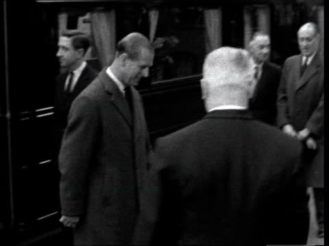 winston churchill funeral: queen and duke of edinburgh return to london:; england, london: liverpool st. stn. queen elizabeth ii off train: with... - prince edward, earl of wessex stock videos & royalty-free footage