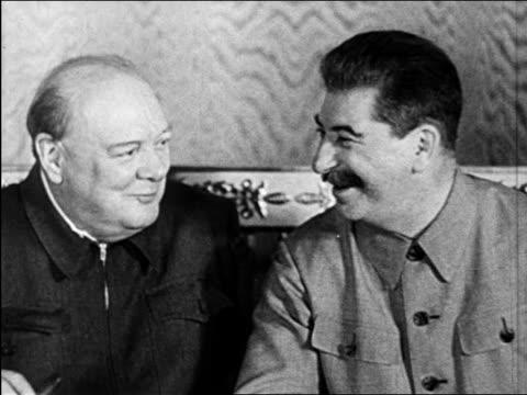 winston churchill + josef stalin smiling + talking indoors / kremlin / newsreel - dominering bildbanksvideor och videomaterial från bakom kulisserna