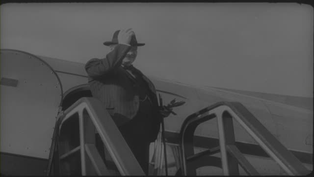 winston churchill leaving the hague after attending the congress of europe 1948 - politics icon stock videos & royalty-free footage