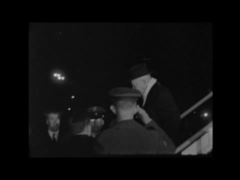 winston churchill lying in state: second day:; a) england: london: lap : ext soviet representatives, a deputy premier mr rudney and marshal ivan... - 正装安置点の映像素材/bロール