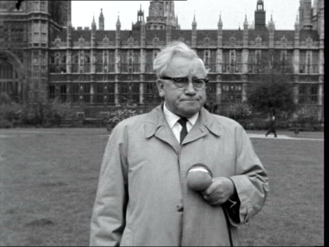 "vidéos et rushes de winston churchill to retire; england: london: victoria palace gardens: ext herbert morrison looks at house of commons turns to camera: sof: - ""the... - satire"