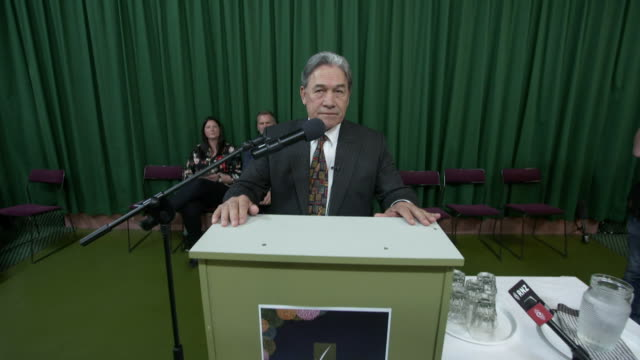 vidéos et rushes de winston peters speaking at a meet the candidates meeting during the 2017 general election campaign - pupitre