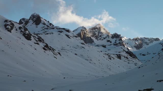 vídeos de stock e filmes b-roll de winter and nature coming together - gelo picado