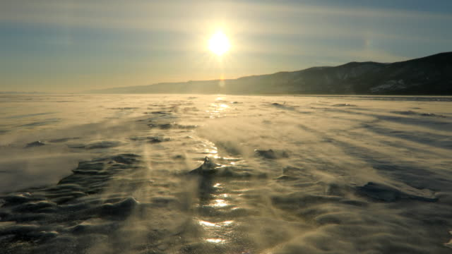 winter baikal. strong wind on the ice, drifting snow - 氷山点の映像素材/bロール