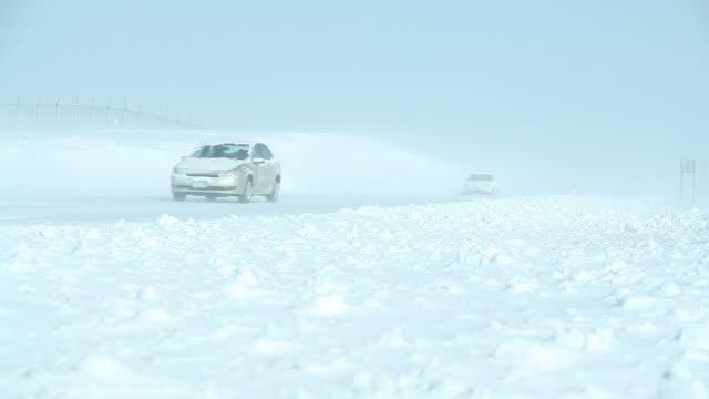 冬ブリザード、吹雪に高速道路や車