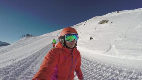 vídeos y material grabado en eventos de stock de winter breaks, selfie point of view four skiers on ski slope - 40 44 años